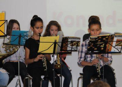 Kinder spielen Instrumente
