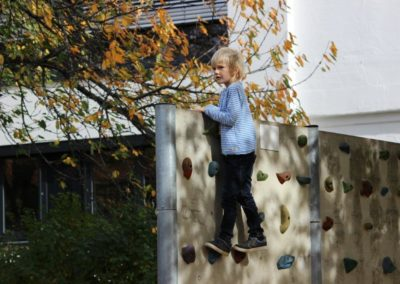 Schüler klettert