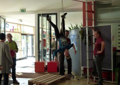 Schüler hängt kopfüber