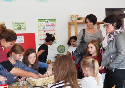Eltern und Kinder im Klassenzimmer