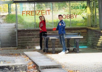 Schüler spielen Tischtennis