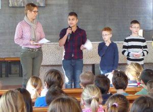 Schüler in der Kirche Die KWS veranstaltet einen Schulgottesdienst zu Beginn des Schuljahres