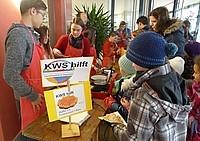 Schüler an Essensstand Schüler der KWS verteilen Essen
