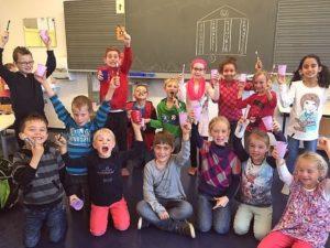 Schüler im Klassenzimmer Zähneputzen richtig gemacht-Schüler der KWS lernen Zähneputzen
