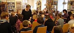 Schüler in der Stadtbücherei Eine Klasse der KWS besucht die Stadtbücherei