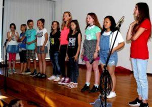 """Schüler singen auf der Bühne bei der Talentshow """"Show and Tell"""""""