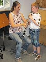 Kind und Frau mit Klarinette Schüler probiert sich an einer Klarinette aus