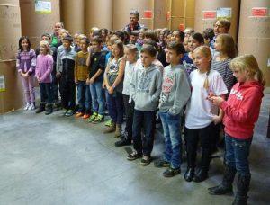 Eine Schulklasse der KWS besucht das Druckzentrum