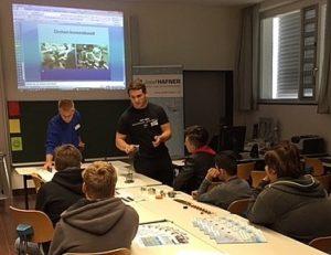 Schüler vor Präsentation Den Schülern werden Ausbildungsberufe präsentiert