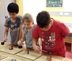 Schüler basteln Schüler dürfen ihren eigenen Schmuck selber machen