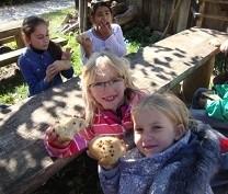 Schüler essen während des Ausflugs