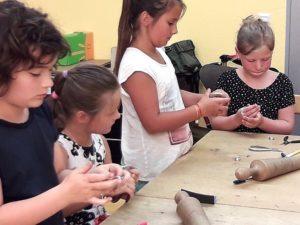 Schüler basteln Schüler dürfen ihren eigenen Schmuck selbst machen