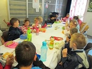 Gruppenbild FKinder frühstücken gemeinsam am Tisch