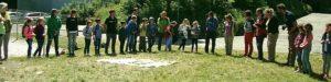 Schülergruppe auf einer Wiese Schülergruppe spielt ein Spiel auf einer Wiese