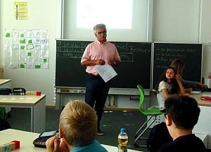 Lehrer an der Tafel Einblicke in eine Unterrichtsstunde