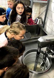 Schüler machen einen Ausflug zur Eisdiele und dürfen dort schauen wie die Herstellung von Eis funktioniert