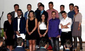 Gruppenfoto Schüler werden nach erfolgreichem Abschluss verabschiedet