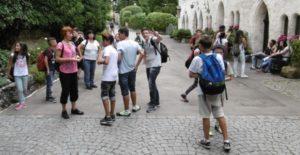 Schüler laufen Schüler sammeln sich nach einer Wanderung