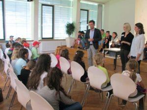 Begrüßung im Musiksaal WIlly Schmidt begrüßt die Kinder
