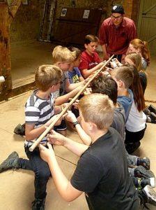 Schüler balancieren Stock Schülermeistern Gemeinschaftsübung