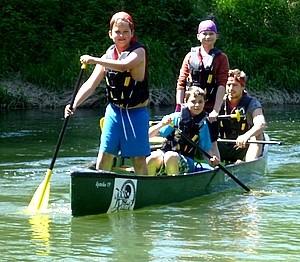 Schüler machen Ausflug zum Kanu fahren