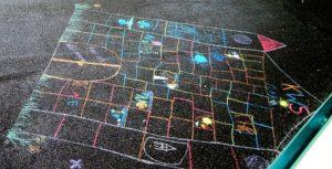 Straßenkreide Schüler haben mit Kreide die KWS gemalt