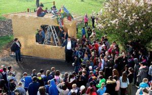 Schüler feiern den Bau des neuen Bäckerhauses mit einem Richtfest