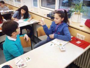 Schüler lernen gemeinsam im Klassenzimmer