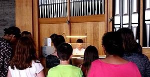 Mann spielt an Orgel Schüler der KWS besuchen die Auferstehung Christi Kirche