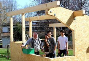 Schüler während dem Bau des Bäckerhauses