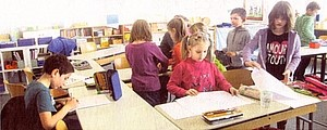 Schüler lernen Schüler lernen gemeinsam im Klassenzimmer