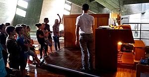 Schüler in Kirche Schüler der KWS sehen sich die Auferstehung Christi Kirche in Rottweil an