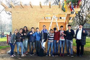 Gruppenfoto Schüler präsentieren stolz das selbst gebaute Bäckerhaus