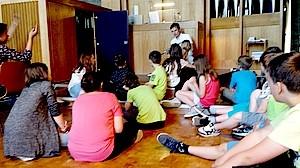 Schüler sitzen im Halbkreis Schüler der KWS hören einem Vortrag über die Kirche zu