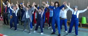 Lehrer führen den Schülern einen einstudierten Tanz vor