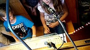 Schüler am Klavier mit Mikrofon Schüler der KWS dürfen an die Orgel sitzen