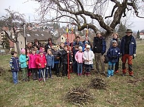 Kinder mit gefälltem Baum Gruppenfoto der Klasse vor einem Baum