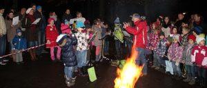 Schüler stehen neben Feuer und geben ein konzert