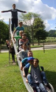 Schüler auf Rutsche Schüler der KWS machen einen Ausflug zum Spielplatz