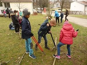 Kinder mit gefälltem Baum Kinder zerschneiden Teile des Baums