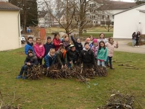 Kinder mit gefälltem Baum Kinder mit Teilen eines gefällten Baums