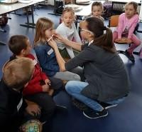 Schüler mit Instrument Den Schülern werden Instrumente vorgestellt um sie für die Bläserklasse zu begeistern