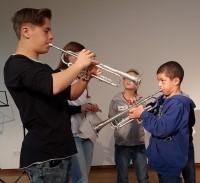 Schüler mit Instrumenten Den Schülern werden Instrumente vorgestellt um sie für die Bläserklasse zu begeistern