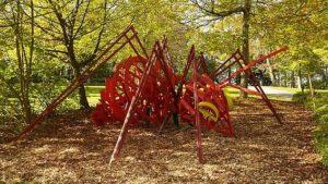 Riesenameise aus Metall Rot angemalte Ameise mit gelben Augen