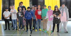 Gruppenfoto Schüler verkleidet Schüler kommen in bunten Verkleidungen in die Schule