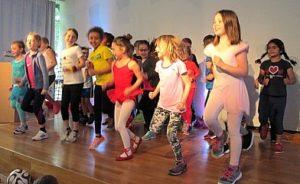 Kinder auf Bühne Schüler der KWS begeistern mit ihren Auftritten bei Show and Tell