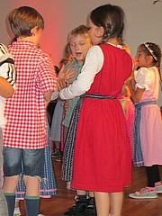 Kinder in Dirndln Kinder feiern ausgelassen Oktoberfest in der Schule