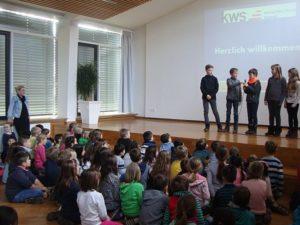 Kinder auf der Bühne Schüler heißen Schüler und Lehrer willkommen