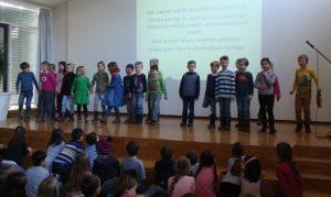 Kinder auf der Bühne Schüler singen ein Lied