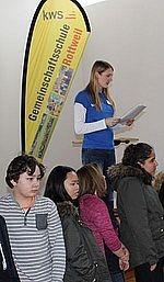 Lehrerin spricht auf Bühne Stefanie Hess erzählt etwas über die KWS